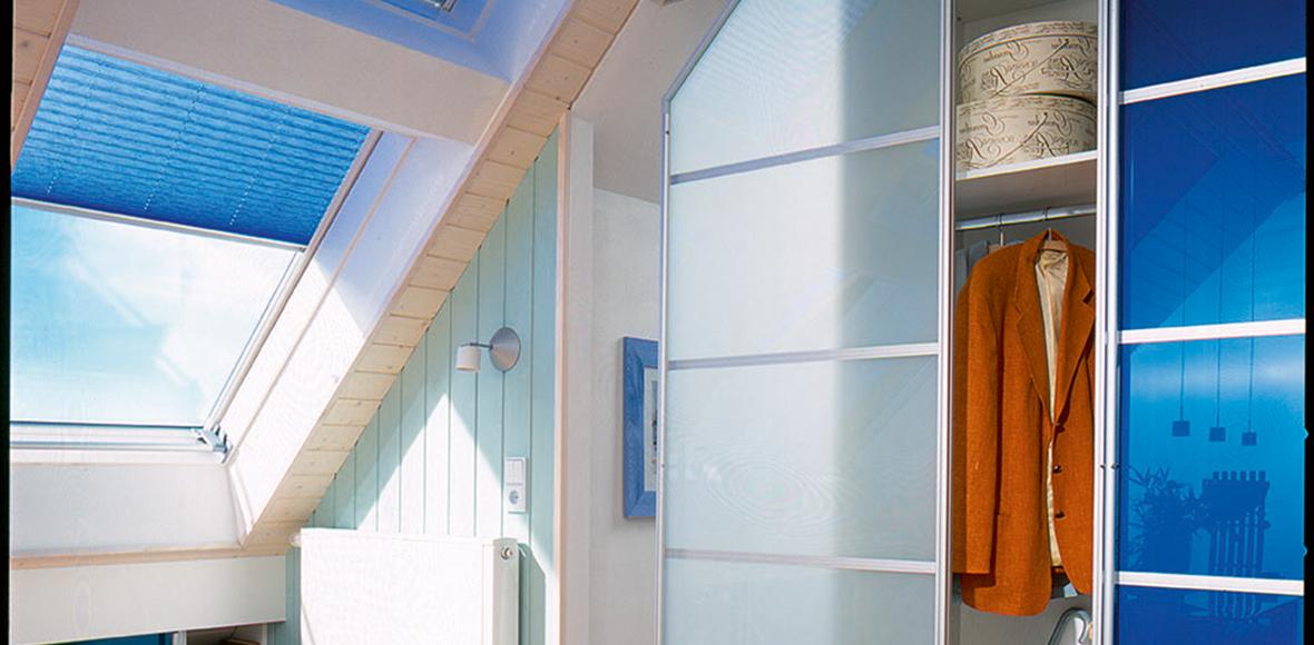 Modernes Schlafzimmer in verschiedenen Blautönen