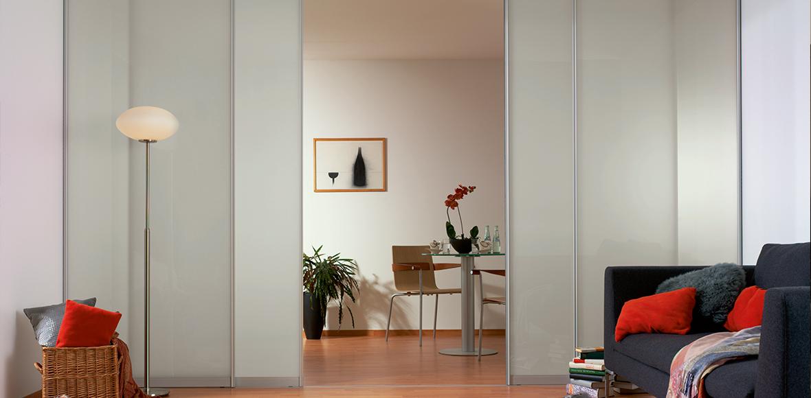Glastüren in elegantem Wohnzimmer