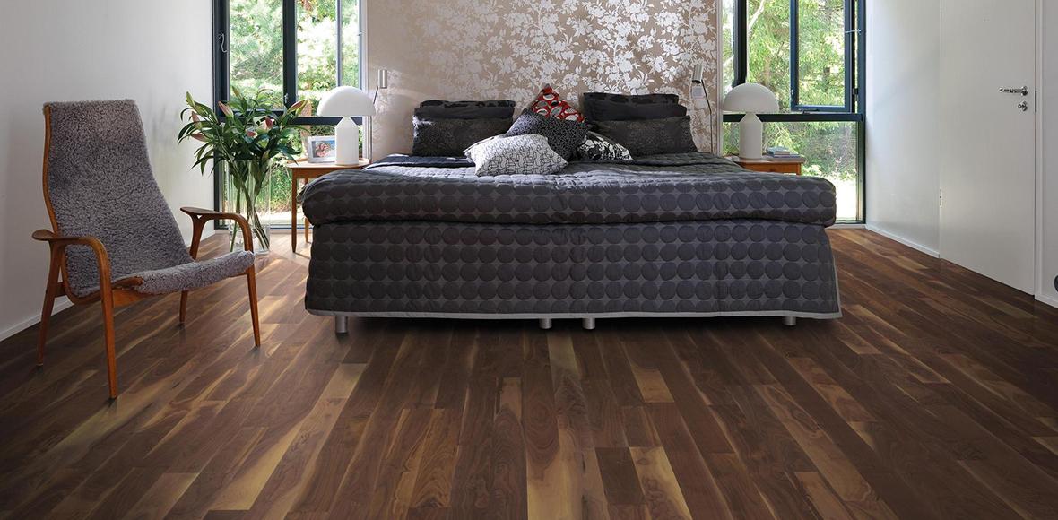 Schlafzimmer mit Holzboden von Holz Heck