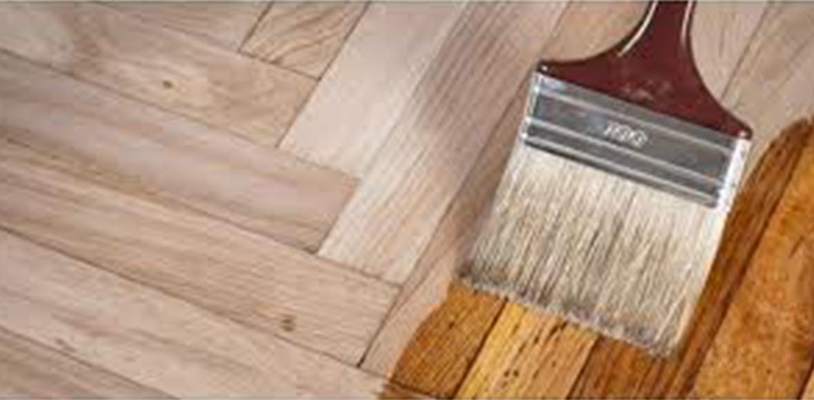 Holzboden wird mit Pflegemittel bestrichen