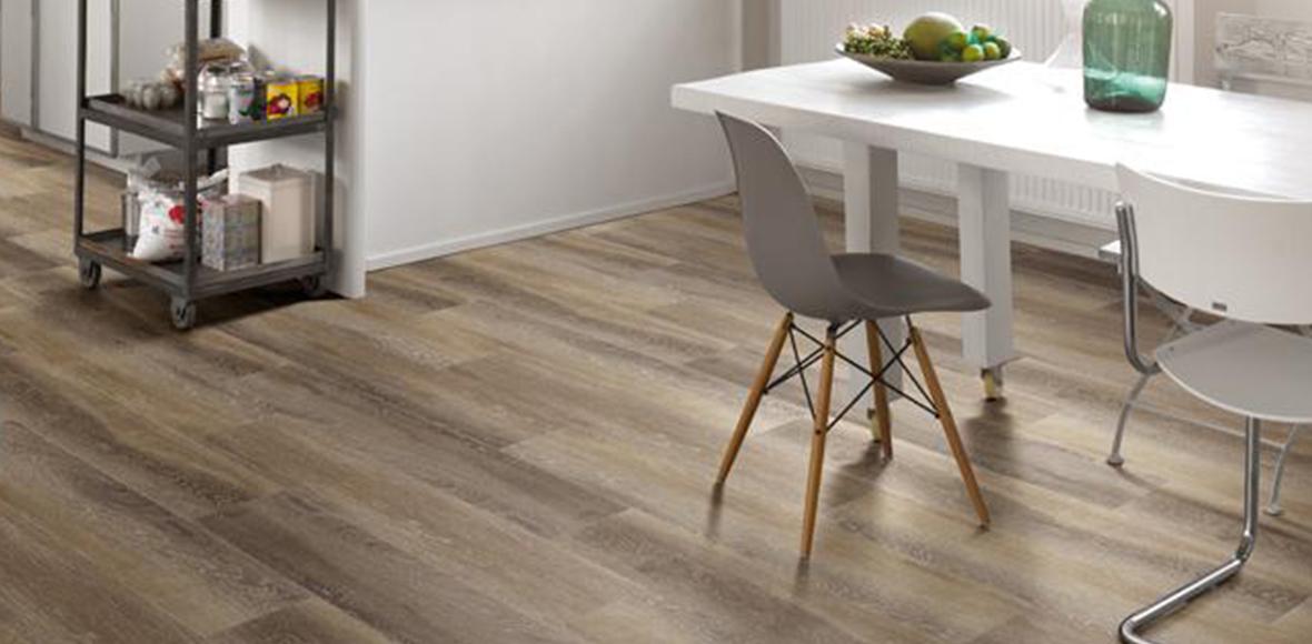 Minimalistisches und elegantes Wohnzimmer mit Holzboden von Holz Heck