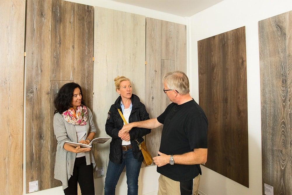 Mitarbeiter von Holz Heck beraten Kundin im Laden